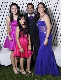 Dayana con su familia, sus hijas Aydana y  Adanay