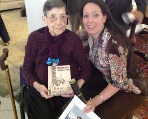 Teresa García con su nieta Dayana González el día que recibió la condecoración del gobierno español