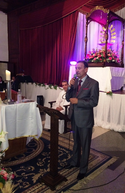 Consejero  Juan Santana se dirige el público.