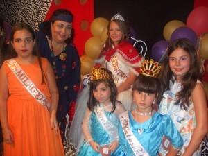 La presidenta de la Casa Canaria, Teresa Rodríguez, con la reina Carolina y niñas participantes en el reinado.