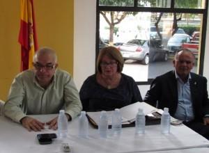 Jesús Pérez y Ana María Navarro, presidente y secretaria general del CRE, junto a Víctor Chinea, director general de Emigración  del Gobierno canario en la reunión del CRE