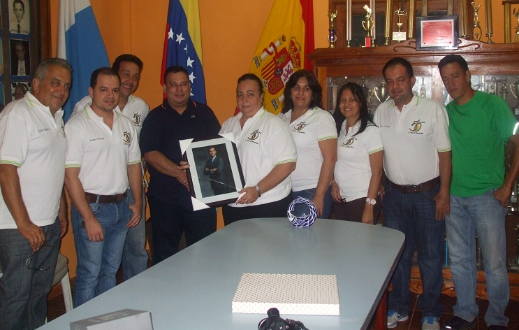 La presidenta de la Casa Canaria, en nombre de los directivos, recibe obsequio que otorga al club el cónsul honorario Richard Barreiro y Olmedo.