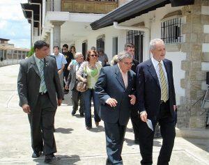 Martín Pérez acompaña al presidente del Gobierno de Canarias, Adán Martín (fallecido), en su visita a la Casa Hogar el mismo año de su inauguración en octubre del año 2006. Foto de archivo.