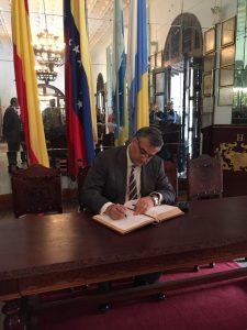 El embajador de España en Venezuela, Jesús Silva firma el Libro de Honor en el Salón de los Espejos del HCV.