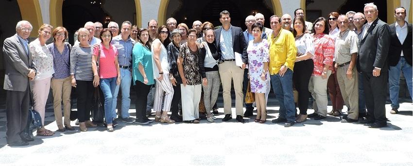 El grupo de los representantes de entidades canarias en la foto de familia con el director general de Relaciones Exteriores del Gobierno autónomo.