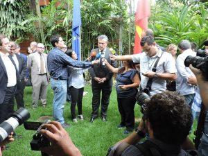 Embajador Silva declara después de guardar un minuto de silencio en memoria de las víctimas.
