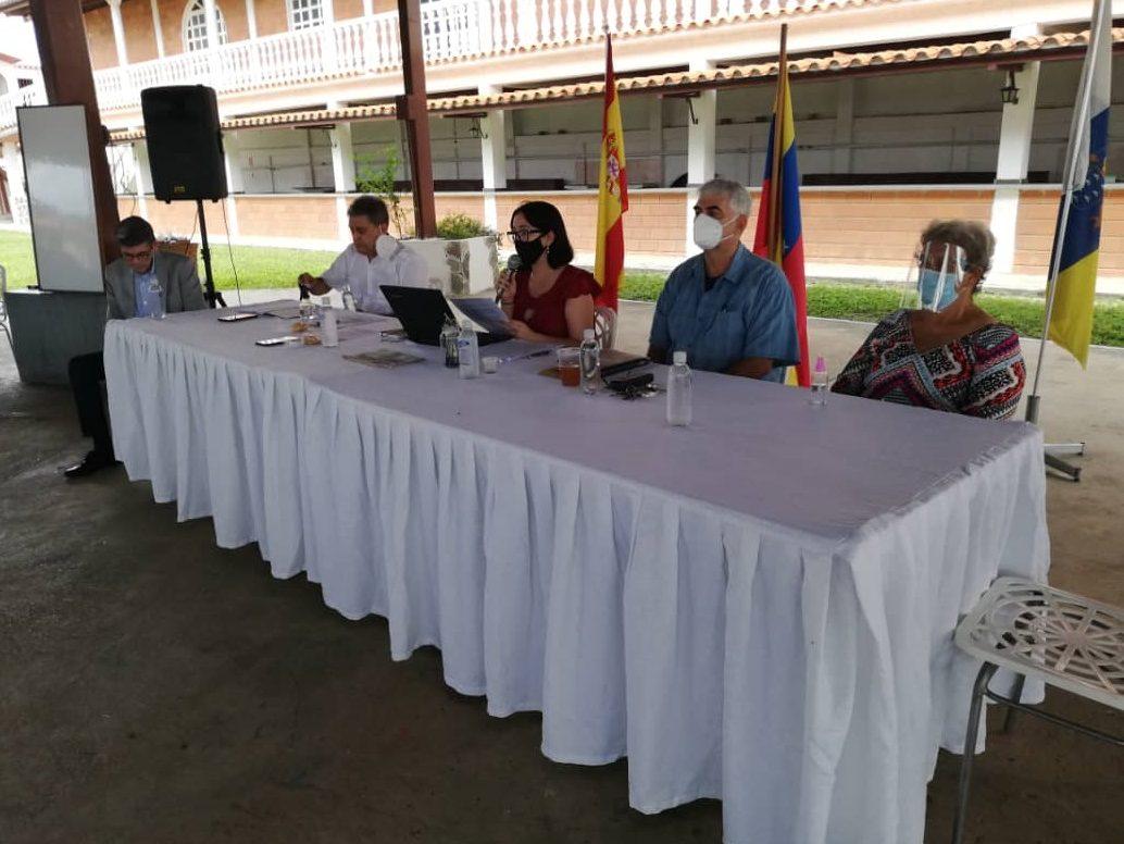 El delegado del Gobierno de Canarias, José Wiliam Montesdeoca y la Junta Directiva saliente en un momento de la Asamblea